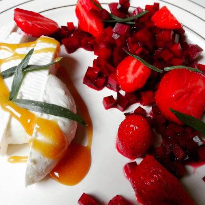 chèvre frais aux betteraves et fraises